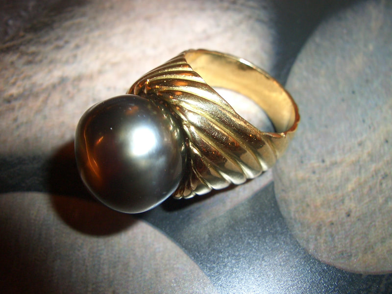 Dark Tahitian natural pearl & gold grooved ring