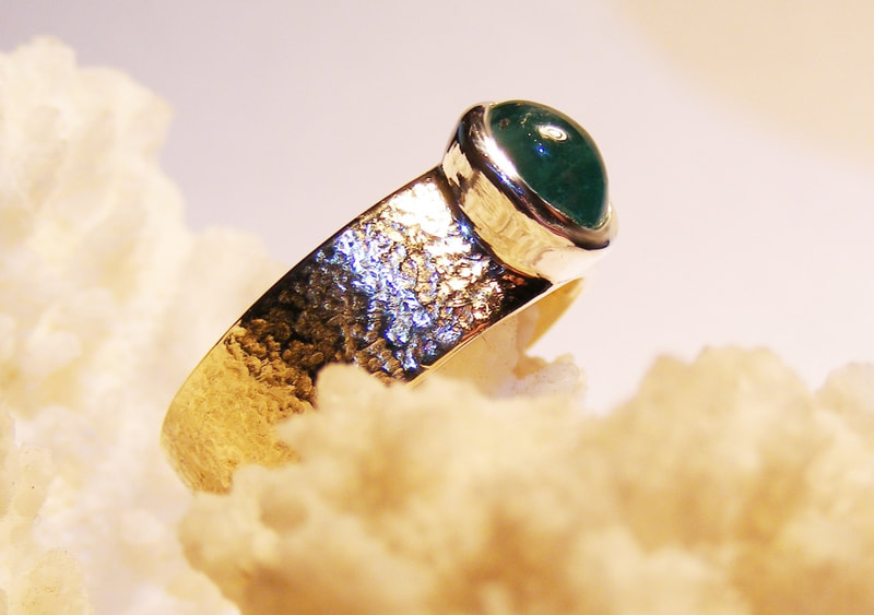 Emerald & gold textured ring