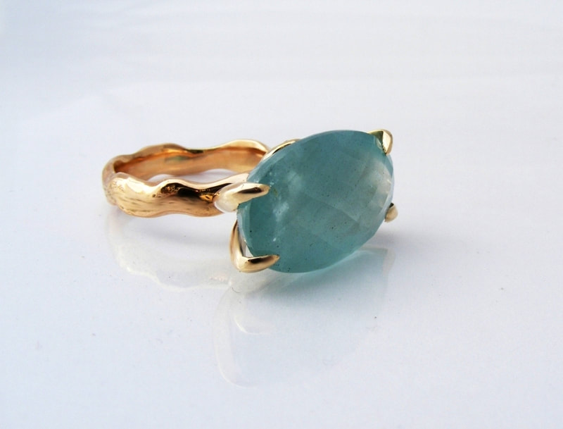 Aquamarine wavy gold ring
