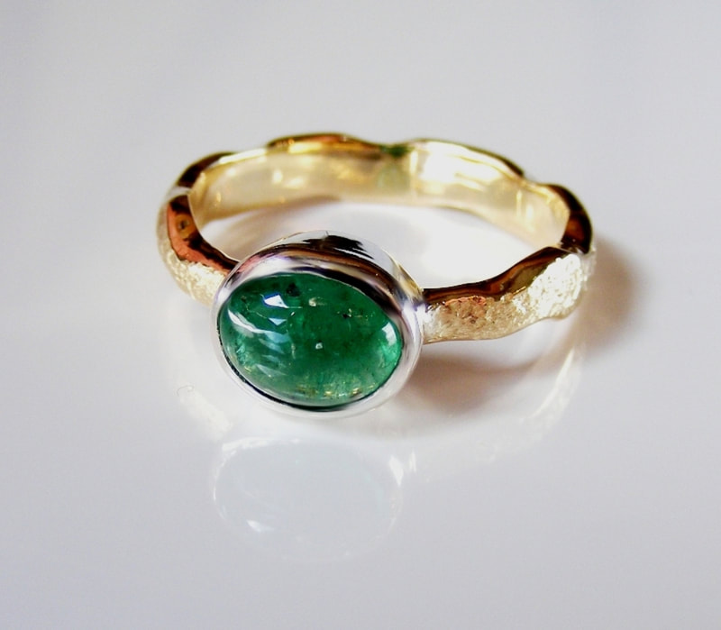 Natural Columbian Emerald & gold wavy ring