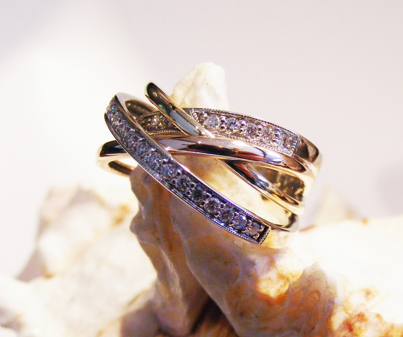diamond & gold crossover bands ring