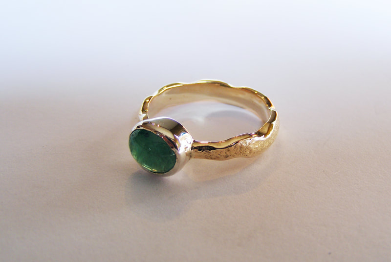 wavy band ring with cabochon natural emerald