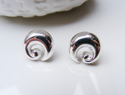 classic curled shape white gold earstuds